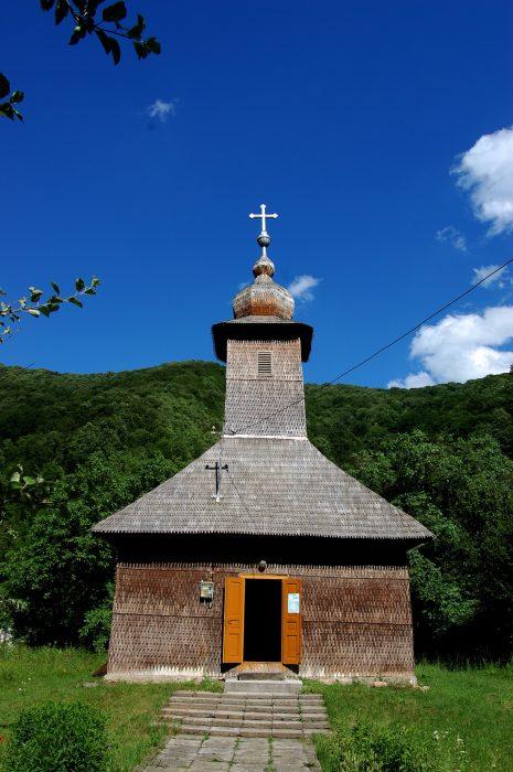 biserica de lemn poieni pietroasa